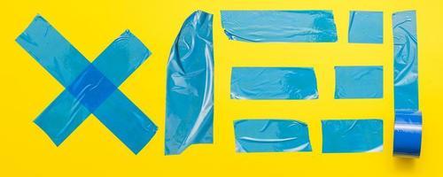 fita azul em fundo amarelo foto