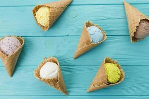 deliciosas cornetas de sorvete exóticas foto