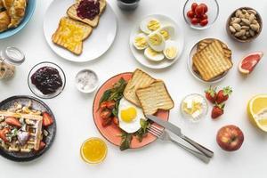 deliciosa composição de refeição de café da manhã foto