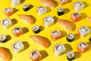 deliciosa variedade de mesa de sushi foto
