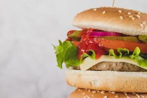 hambúrguer delicioso com queijo de alface foto