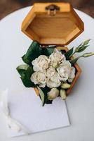 alianças de ouro com decoração de casamento foto