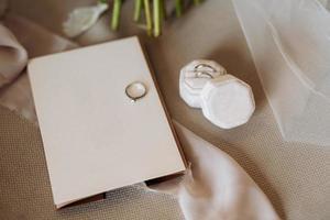 alianças de casamento com decoração de casamento foto