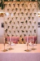 salão de banquetes para casamentos com elementos decorativos foto