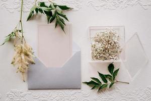 alianças de casamento com decoração de casamento cinza foto