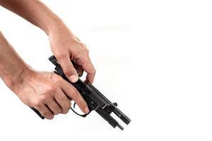 mão segurando uma arma com um carregador carregado foto