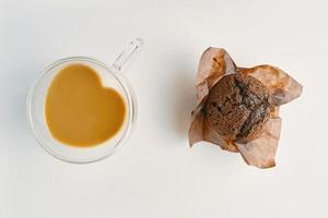 café da manhã na mesa branca. foto