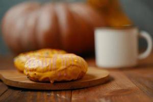 donuts doces com cobertura de limão em uma bandeja de madeira. foto