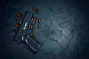 armas de fogo automáticas com balas. foto