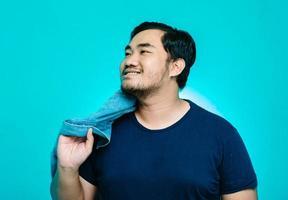 retrato de um homem asiático vestindo uma jaqueta de tecido do novo estilo com um grande sorriso foto