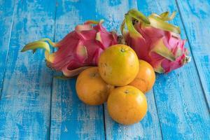 conceito de dieta de frutas. frutas diferentes na mesa de madeira foto