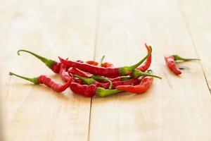 red hot chili peppers em fundo de madeira. pimenta picante foto