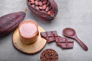 bebida de chocolate quente com cacau em caneca de vidro foto