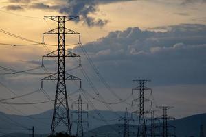 linhas de energia elétrica ao pôr do sol foto