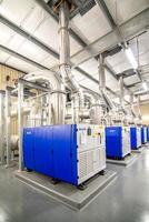 sala de equipamentos de caldeira moderna em uma fábrica foto