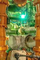equipamentos, cabos e tubulação encontrados dentro da usina industrial foto