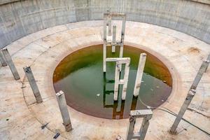 estação de tratamento de águas residuais em um dia ensolarado foto