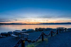 nascer do sol sobre o lago de yellowstone no parque nacional de yellowstone foto