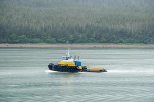 pequeno rebocador em movimento na baía no Alasca foto