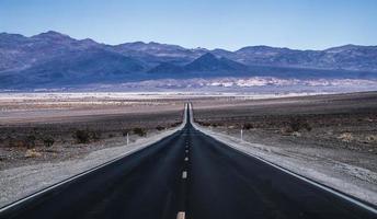 estrada vazia e solitária para o parque nacional de deth Valley foto