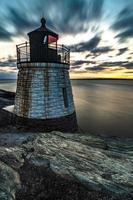 pôr do sol em newport rhode island no farol da colina do castelo foto