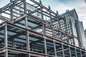 cidade moderna em construção pela manhã foto