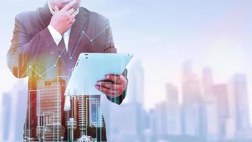 dupla exposição do empresário de sucesso usando tablet com fundo de paisagem de cidade. natureza e construção civil. mídia mista foto