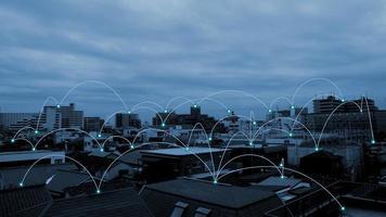 conexão de rede. mídias sociais com tecnologia de telecomunicações no fundo da paisagem urbana. foto