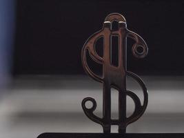 close-up do cifrão dourado metálico foto
