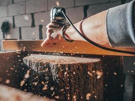 close-up de um carpinteiro trabalhando com um fraser elétrico foto