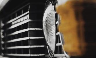 detalhe da grade dianteira e do farol em close-up de um carro vintage clássico foto