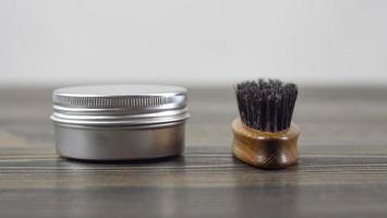 escova de barba e frasco de cera para barba e bigode foto