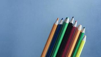 lápis de cor em um fundo azul foto