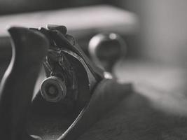 avião para carpintaria antigo. ferramentas manuais vintage em fundo de madeira. foco em jack-plane. carpinteiro no local de trabalho. foto preto branco