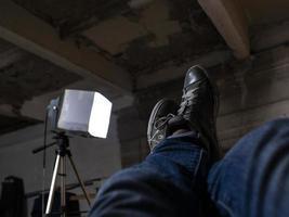 pés masculinos com tênis levantados contra o teto foto