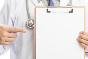 close-up de um médico com jaleco e segurando uma prancheta em branco foto