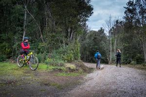 toscana, itália 2021- pessoas desconhecidas no lago accesa a cerca de 7 km de massa marittima foto