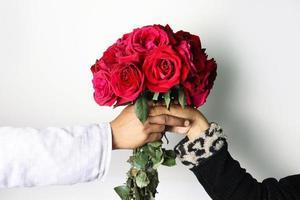 casal apaixonado com buquê de rosas foto