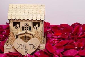 casa de madeira em estoque de pétalas foto