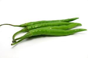 Caldo de pimenta verde com especiarias quentes e cruas foto