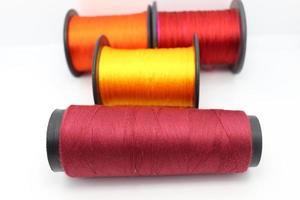 closeup de carretel de fios de várias cores para artesanato foto