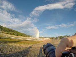 velho e fiel geysersac no parque nacional de Yellowstone foto