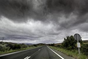 estrada da montanha em um dia de tempestade foto