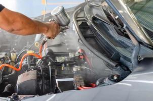 limpe o motor depois de lavá-lo. pulverizando o verniz da sala de máquinas foto