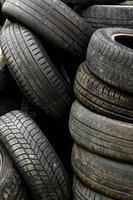 pneus de carro velhos em um lixão foto