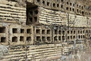 velha parede de tijolos de barro danificada foto