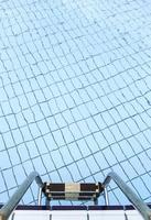 escadas em uma piscina no verão foto
