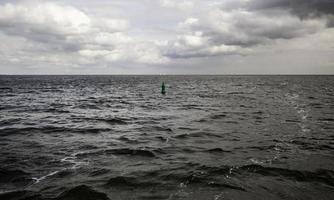 bóia em alto mar foto