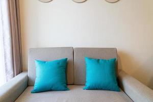 decoração de travesseiros confortáveis no sofá da sala foto