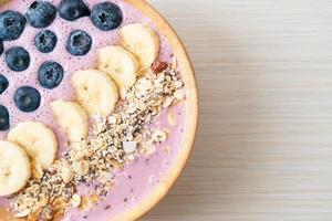 tigela de iogurte ou vitamina de iogurte com baga azul, banana e granola foto